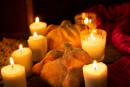 Traditional Day of the dead bread with candles 免版税图像