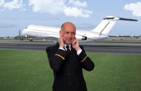 空港で喧騒を表現する男