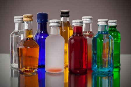 Groupe de petites bouteilles colorées aériennes Banque d'images - 47838775