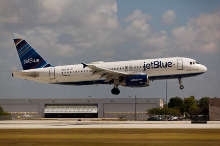 jetblue: FORT LAUDERDALE, USA - JUNE 2, 2015: A JetBlue Airbus A320 landing at the Fort LauderdaleHollywood International Airport. JetBlue is a low-cost non-union carrier with its base in New York City. Editorial