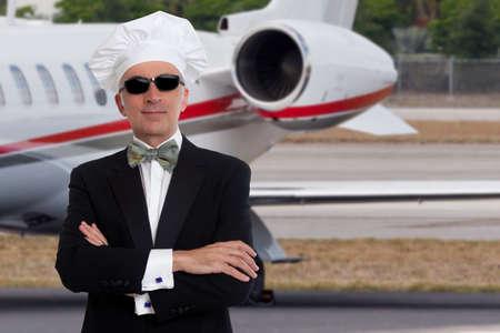 エレガントなシェフのプライベート ジェット機の前でポーズ