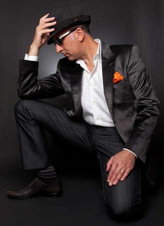 poses de modelos: Modelo masculino plantea en juego con su sombrero