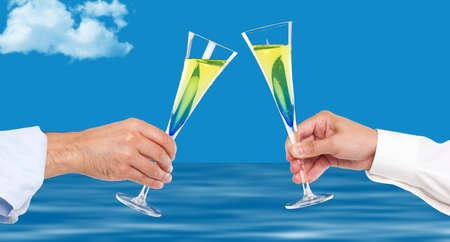 brindisi spumante: Due uomini mani tostatura con champagne