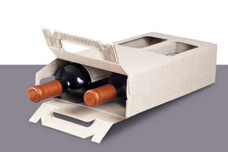 Kartonnen doos met flessen wijn erin