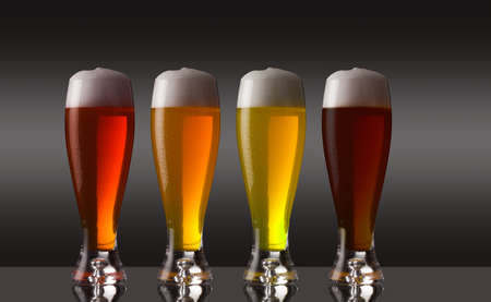 vasos de cerveza: Fila de tipos Vaus de cerveza con espuma Foto de archivo