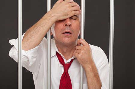 carcel: hombre de negocios de pesar en la cárcel