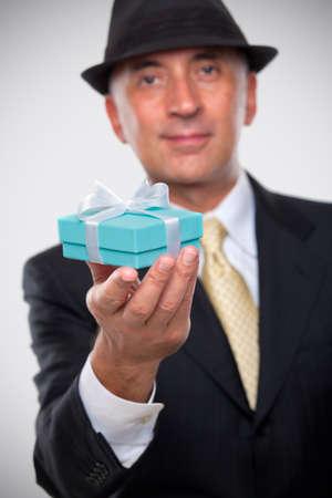 プレゼントを持ってエレガントな男