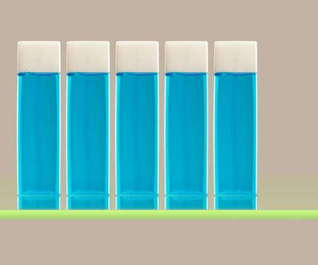 enjuague bucal: Botellas de enjuague bucal en un estante