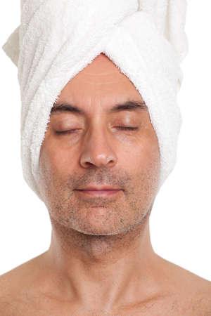 タオルに包まれた彼の頭を持つ男