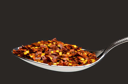 chiles secos: Cuchara por completo de la pimienta roja molida Foto de archivo
