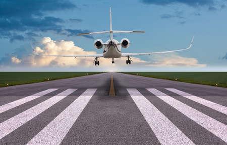 プライベート ジェットの着陸の背面図
