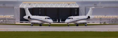 格納庫の前に 2 つの民間航空機