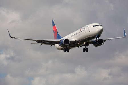 aircraft landing: FORT LAUDERDALE, USA - November 4, 2015: A Delta Air Lines Boeing 737 aircraft landing at the Fort LauderdaleHollywood International Airport. Editorial