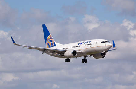 FORT LAUDERDALE - Novemebr 4, 2015: A United Airlines Boeing 737 aircraft landing at the Fort LauderdaleHollywood International Airport Editoriali