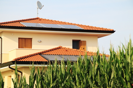 residencial: Photovoltaic panels - Home in the nature Stock Photo