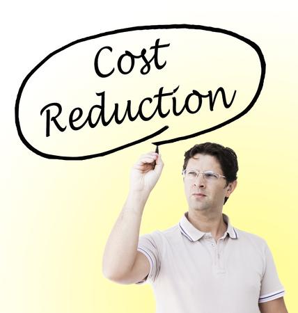 Jonge man met een professionele look trekt een cirkel rond de woorden 'Kostenreductie', met behulp van een potlood, op een transparant oppervlak voor zichzelf