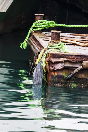 海の水の上の錆びたムーア 写真素材 - 95221615