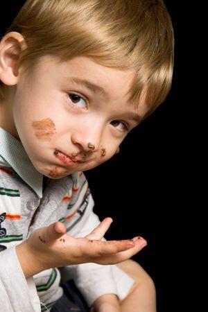 ojos marrones: Hermoso ni�o con ojos marrones y una boca sucia