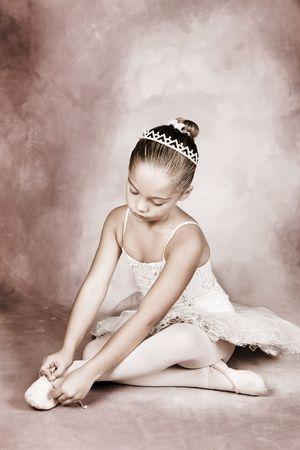 pies bailando: Joven bailar�n llevaba un tut� y diadema