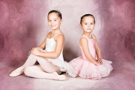 enfants qui dansent: Jeune danseuse porte un tutu et tiare Banque d'images