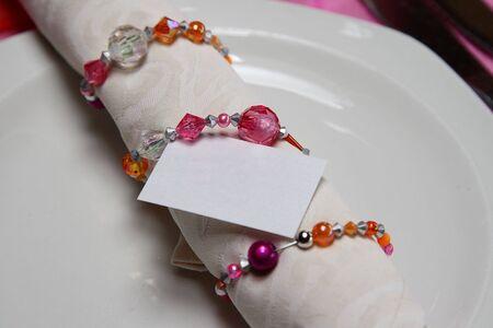 serviette: Servet in een kristal servet ring met een blanco kaart Stockfoto