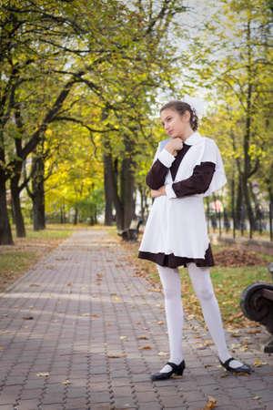 üniforma: Parkta dreaiming güzel genç genç kız öğrenci