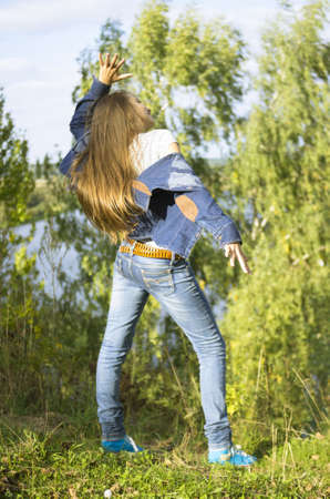 kurtka: nastoletnia dziewczyna tańczy w parku jesienią