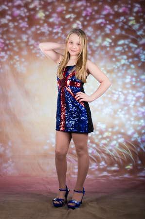 tacones rojos: Muchacha adolescente hermosa en vestido de fiesta con tacones altos