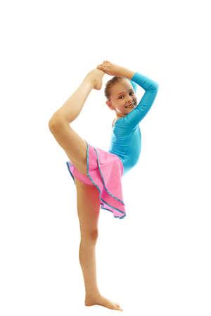 turnanzug: junge lächelnde jugendliches Mädchen, das Gymnastik tut Dehnübungen auf weißem Hintergrund isoliert