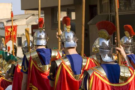 soldati romani: Soldati romani in marcia per la Pasqua con le loro divise colorate