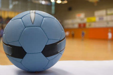 balonmano: Cerca de una pelota de balonmano, los jugadores fuera de foco a la bakckground