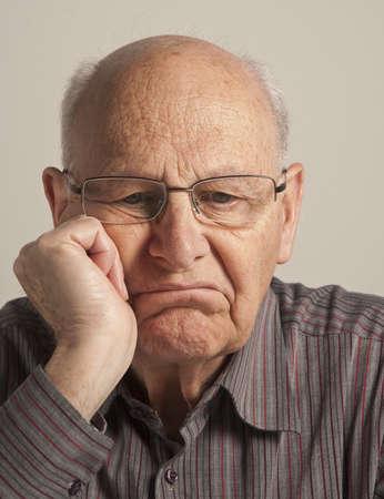 dudando: Retrato de un hombre senior aburrido