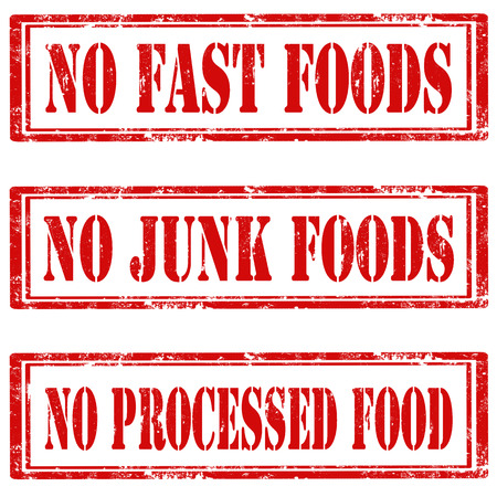 Juego de sellos de goma del grunge con el texto No hay Fast food, pero no los alimentos chatarra y No Alimentos Procesados, ilustración vectorial