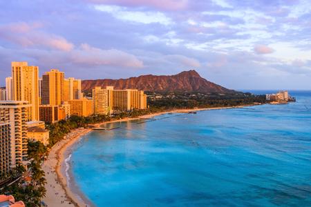 ハワイのホノルル。ホノルルのホテル、ワイキキのビーチで建物を含めダイヤモンド ヘッド火山のスカイライン。