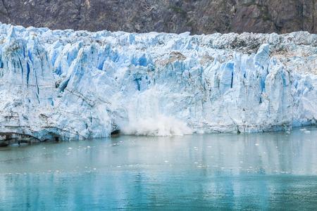 빙하 베이, 알래스카. 빙하 베이 국립 공원의 Margerie 빙하에서 분출하는 얼음.