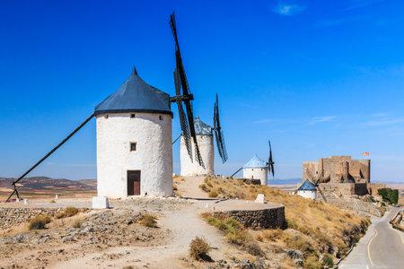 don quijote: Consuegra, España. Molinos de viento de Don Quijote en la provincia de Toledo. Editorial