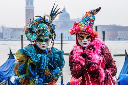 Venetië, Italië. Carnaval van Venetië, prachtige maskers op het San Marcoplein. Stockfoto - 99046916