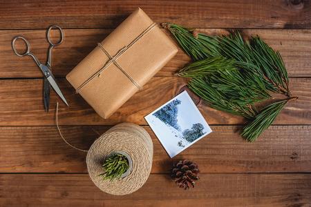 手作りのクリスマスの装飾と素朴な木製の背景にギフト。