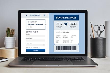 Concepto de tarjeta de embarque en la pantalla del portátil en el escritorio moderno. Todo el contenido de la pantalla está diseñado por mí. Vista frontal.
