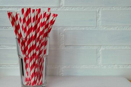 biodegradable straws in white and red 스톡 콘텐츠