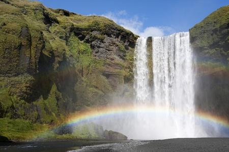 the cascade: Arco iris en la cascada de Skogafoss en Islandia Foto de archivo
