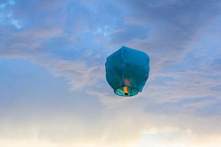 空の明るい青い紙ランタン飛行