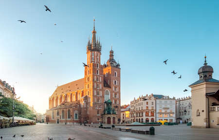 Mariacki Cathedral at Market square in Krakow at sunrise, Poland Imagens