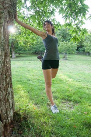 fend: ale atleta stretching sul parco dei Camaldoli Archivio Fotografico