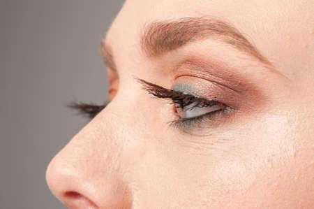 firmeza: Detalles ojos de maquillaje para una hermosa niña