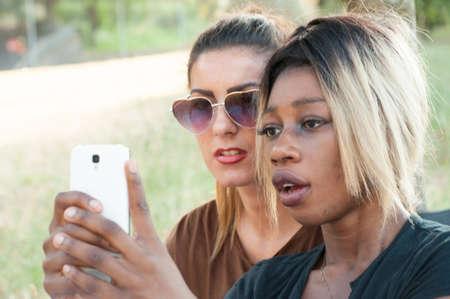 racismo: chica en el teléfono en un día soleado