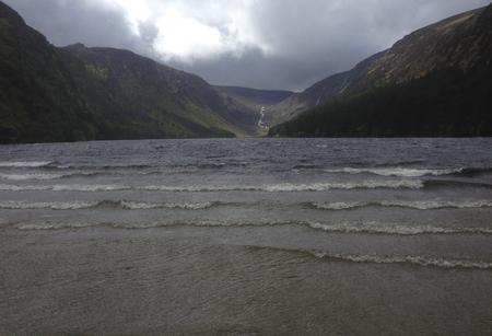 Lake tussen de bergen in Ierland. Stockfoto