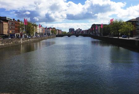 Rivier die door de stad in Dublin Ierland. Stockfoto