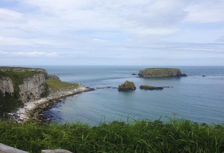 Rotsen met uitzicht op de oceaan in Ierland