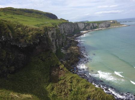 Rotsen met uitzicht op de oceaan in Ierland. Stockfoto